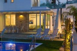 Фасад дома. Кипр, Коннос Бэй : Современная вилла с видом на Средиземное море, с 4-мя спальнями, 3-мя ванными комнатами, с бассейном, солнечной лужайкой, патио, встроенным барбекю и с прекрасной террасой на крыше, расположена в 500 метрах от пляжа Mimosa Beach