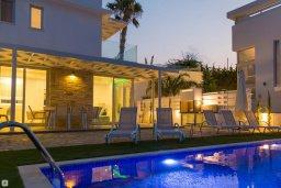 Зона отдыха у бассейна. Кипр, Коннос Бэй : Современная вилла с видом на Средиземное море, с 4-мя спальнями, 3-мя ванными комнатами, с бассейном, солнечной лужайкой, патио, встроенным барбекю и с прекрасной террасой на крыше, расположена в 500 метрах от пляжа Mimosa Beach