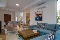 Гостиная. Кипр, Коннос Бэй : Современная вилла с видом на Средиземное море, с 4-мя спальнями, 3-мя ванными комнатами, с бассейном, солнечной лужайкой, патио, встроенным барбекю и с прекрасной террасой на крыше, расположена в 500 метрах от пляжа Mimosa Beach