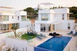 Фасад дома. Кипр, Коннос Бэй : Современная вилла с бассейном и двориком с барбекю, 4 спальни, 3 ванные комнаты, парковка, Wi-Fi
