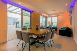 Обеденная зона. Кипр, Коннос Бэй : Современная вилла с бассейном и двориком с барбекю, 4 спальни, 3 ванные комнаты, парковка, Wi-Fi