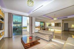 Гостиная. Кипр, Аргака : Роскошная пляжная вилла с бассейном и зеленым двориком, 4 спальни, 5 ванных комнат, барбекю, тренажерный зал, парковка, Wi-Fi