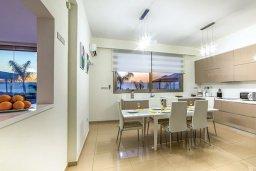 Кухня. Кипр, Аргака : Роскошная пляжная вилла с бассейном и зеленым двориком, 4 спальни, 5 ванных комнат, барбекю, тренажерный зал, парковка, Wi-Fi