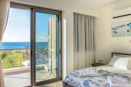 Спальня. Кипр, Аргака : Роскошная пляжная вилла с бассейном и зеленым двориком, 4 спальни, 5 ванных комнат, барбекю, тренажерный зал, парковка, Wi-Fi