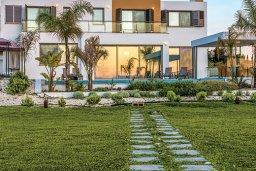 Фасад дома. Кипр, Аргака : Роскошная пляжная вилла с бассейном и зеленым двориком, 4 спальни, 5 ванных комнат, барбекю, тренажерный зал, парковка, Wi-Fi