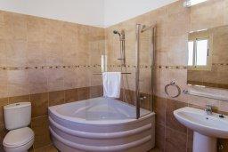 Ванная комната. Кипр, Полис город : Потрясающая вилла с бассейном и двориком с барбекю, 3 спальни, 3 ванные комнаты, парковка, Wi-Fi