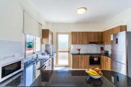 Кухня. Кипр, Полис город : Потрясающая вилла с бассейном и двориком с барбекю, 3 спальни, 3 ванные комнаты, парковка, Wi-Fi