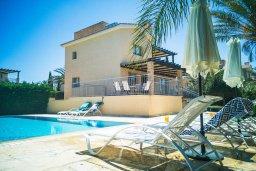 Фасад дома. Кипр, Аргака : Прекрасная вилла в 150 метрах от пляжа с бассейном и двориком с барбекю, 3 спальни, 3 ванные комнаты, сауна, настольный теннис, парковка, Wi-Fi