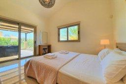 Спальня. Кипр, Аргака : Прекрасная вилла в 150 метрах от пляжа с бассейном и двориком с барбекю, 3 спальни, 3 ванные комнаты, сауна, настольный теннис, парковка, Wi-Fi