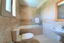 Ванная комната. Кипр, Аргака : Прекрасная вилла в 150 метрах от пляжа с бассейном и двориком с барбекю, 3 спальни, 3 ванные комнаты, сауна, настольный теннис, парковка, Wi-Fi