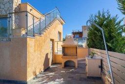 Терраса. Кипр, Аргака : Роскошная вилла в 50 метрах от пляжа с бассейном и зеленым садом, 4 спальни, 5 ванных комнат, сауна, джакузи, тренажерный зал, барбекю, парковка, Wi-Fi