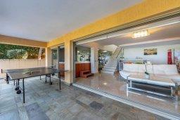 Гостиная. Кипр, Аргака : Роскошная вилла в 50 метрах от пляжа с бассейном и зеленым садом, 4 спальни, 5 ванных комнат, сауна, джакузи, тренажерный зал, барбекю, парковка, Wi-Fi