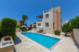 Фасад дома. Кипр, Аргака : Прекрасная вилла в 150 метрах от пляжа с бассейном и двориком с барбекю, 3 спальни, 3 ванные комнаты, парковка, Wi-Fi