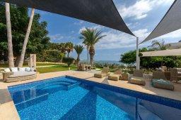 Бассейн. Кипр, Хлорака : Роскошная вилла в 100 метрах от пляжа с бассейном и зеленым двориком с барбекю, 4 спальни, 3 ванные комнаты, парковка, Wi-Fi