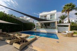 Фасад дома. Кипр, Хлорака : Роскошная вилла в 100 метрах от пляжа с бассейном и зеленым двориком с барбекю, 4 спальни, 3 ванные комнаты, парковка, Wi-Fi