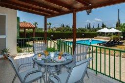 Обеденная зона. Кипр, Си Кейвз : Уютная вилла с бассейном и двориком с барбекю, 2 спальни, 2 ванные комнаты, парковка, Wi-Fi