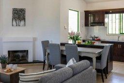Гостиная. Кипр, Си Кейвз : Уютная вилла с бассейном и двориком с барбекю, 2 спальни, 2 ванные комнаты, парковка, Wi-Fi