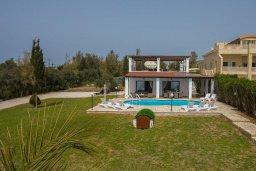 Фасад дома. Кипр, Си Кейвз : Прекрасная пляжная вилла с бассейном и зеленым двориком с барбекю, 4 спальни, 4 ванные комнаты, парковка, Wi-Fi