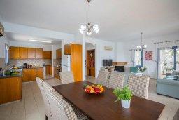 Обеденная зона. Кипр, Си Кейвз : Прекрасная пляжная вилла с бассейном и зеленым двориком с барбекю, 4 спальни, 4 ванные комнаты, парковка, Wi-Fi