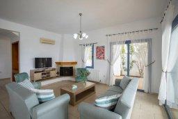 Гостиная. Кипр, Си Кейвз : Прекрасная пляжная вилла с бассейном и зеленым двориком с барбекю, 4 спальни, 4 ванные комнаты, парковка, Wi-Fi