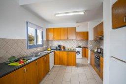 Кухня. Кипр, Си Кейвз : Прекрасная пляжная вилла с бассейном и зеленым двориком с барбекю, 4 спальни, 4 ванные комнаты, парковка, Wi-Fi