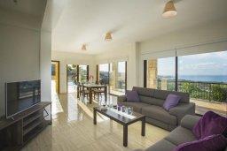 Гостиная. Кипр, Киссонерга : Прекрасная вилла с бассейном и видом на море, 3 спальни, 3 ванные комнаты, барбекю , парковка, Wi-Fi