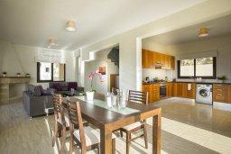 Кухня. Кипр, Киссонерга : Прекрасная вилла с бассейном и видом на море, 3 спальни, 3 ванные комнаты, барбекю , парковка, Wi-Fi