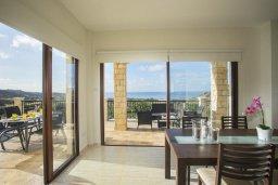 Обеденная зона. Кипр, Киссонерга : Прекрасная вилла с бассейном и видом на море, 3 спальни, 3 ванные комнаты, барбекю , парковка, Wi-Fi