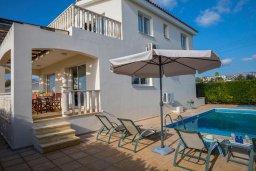 Фасад дома. Кипр, Хлорака : Прекрасная вилла в 80 метрах от пляжа с бассейном и видом на море, 3 спальни, 2 ванные комнаты, барбекю, парковка, Wi-Fi