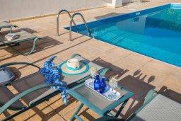 Зона отдыха у бассейна. Кипр, Хлорака : Прекрасная вилла в 80 метрах от пляжа с бассейном и видом на море, 3 спальни, 2 ванные комнаты, барбекю, парковка, Wi-Fi