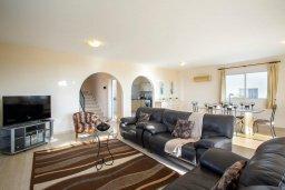 Гостиная. Кипр, Хлорака : Прекрасная вилла в 80 метрах от пляжа с бассейном и видом на море, 3 спальни, 2 ванные комнаты, барбекю, парковка, Wi-Fi