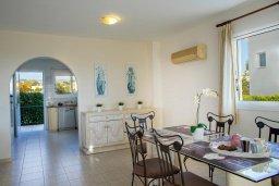 Обеденная зона. Кипр, Хлорака : Прекрасная вилла в 80 метрах от пляжа с бассейном и видом на море, 3 спальни, 2 ванные комнаты, барбекю, парковка, Wi-Fi