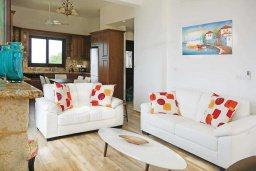 Гостиная. Кипр, Помос : Прекрасная вилла с бассейном и видом на море, 4 спальни, 5 ванных комнат, парковка, Wi-Fi