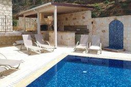 Зона отдыха у бассейна. Кипр, Помос : Прекрасная вилла с бассейном и видом на море, 4 спальни, 5 ванных комнат, парковка, Wi-Fi