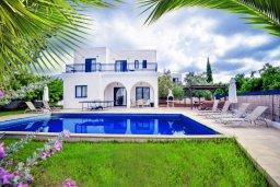 Фасад дома. Кипр, Св.Георг : Прекрасная вилла с бассейном и зеленым двориком с барбекю, 3 спальни, 3 ванные комнаты, парковка, Wi-Fi