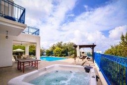 Территория. Кипр, Св.Георг : Прекрасная вилла с бассейном и зеленым двориком с барбекю, 3 спальни, 3 ванные комнаты, парковка, Wi-Fi