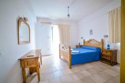 Спальня. Кипр, Св.Георг : Прекрасная вилла с бассейном и зеленым двориком с барбекю, 3 спальни, 3 ванные комнаты, парковка, Wi-Fi