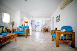 Гостиная. Кипр, Св.Георг : Прекрасная вилла с бассейном и зеленым двориком с барбекю, 3 спальни, 3 ванные комнаты, парковка, Wi-Fi