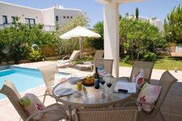 Обеденная зона. Кипр, Св.Георг : Прекрасная вилла с бассейном и зеленым двориком с барбекю, 3 спальни, 3 ванные комнаты, парковка, Wi-Fi