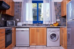 Кухня. Кипр, Св.Георг : Прекрасная вилла с бассейном и зеленым двориком с барбекю, 3 спальни, 3 ванные комнаты, парковка, Wi-Fi