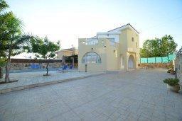 Фасад дома. Кипр, Пейя : Прекрасная вилла с бассейном и двориком с барбекю, 4 спальни, 4 ванные комнаты, парковка, Wi-Fi