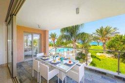 Обеденная зона. Кипр, Аргака : Роскошная вилла в 50 метрах от пляжа с бассейном и зеленым садом, 4 спальни, 5 ванных комнат, сауна, джакузи, тренажерный зал, барбекю, парковка, Wi-Fi