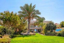 Фасад дома. Кипр, Аргака : Роскошная вилла в 50 метрах от пляжа с бассейном и зеленым садом, 4 спальни, 5 ванных комнат, сауна, джакузи, тренажерный зал, барбекю, парковка, Wi-Fi