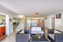 Патио. Кипр, Аргака : Роскошная вилла в 50 метрах от пляжа с бассейном и зеленым садом, 4 спальни, 5 ванных комнат, сауна, джакузи, тренажерный зал, барбекю, парковка, Wi-Fi
