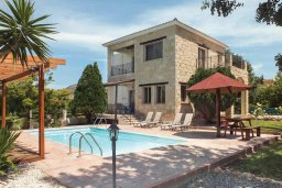 Фасад дома. Кипр, Аргака : Уютная вилла с бассейном и зеленым двориком с барбекю, 3 спальни, 3 ванные комнаты , парковка, Wi-Fi