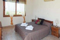 Спальня. Кипр, Аргака : Уютная вилла с бассейном и зеленым двориком с барбекю, 3 спальни, 3 ванные комнаты , парковка, Wi-Fi