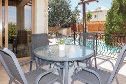 Обеденная зона. Кипр, Аргака : Уютная вилла с бассейном и зеленым двориком с барбекю, 3 спальни, 3 ванные комнаты , парковка, Wi-Fi