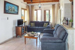 Гостиная. Кипр, Аргака : Уютная вилла с бассейном и зеленым двориком с барбекю, 3 спальни, 3 ванные комнаты , парковка, Wi-Fi
