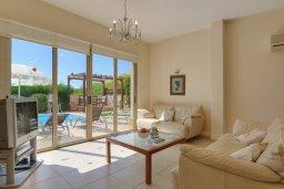 Гостиная. Кипр, Корал Бэй : Прекрасная вилла с бассейном и зеленым двориком с барбекю, 3 спальни, 2 ванные комнаты, парковка, Wi-Fi