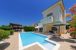 Фасад дома. Кипр, Корал Бэй : Прекрасная вилла с бассейном и зеленым двориком с барбекю, 3 спальни, 2 ванные комнаты, парковка, Wi-Fi